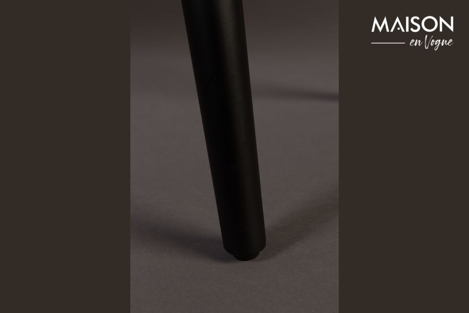 Seine schwarzen Metallbeine sind sowohl solide als auch elegant
