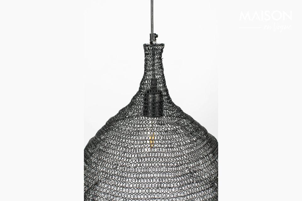 Eine Hängelampe mit modernem Design und einem Lampenschirm aus Eisengeflecht