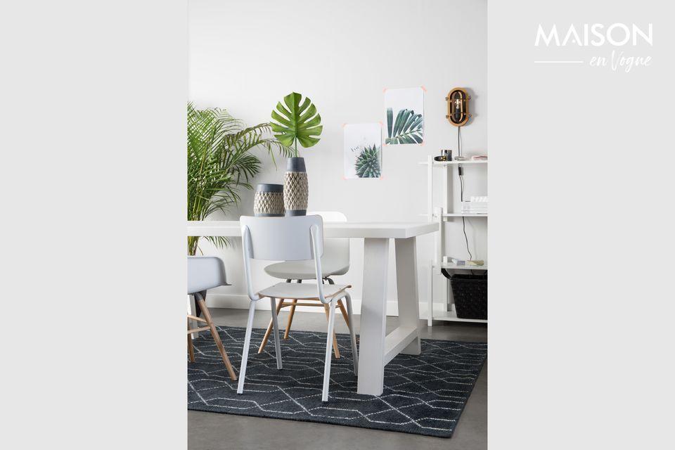 Ein moderner Stuhl im Schulstil für Ihr Interieur