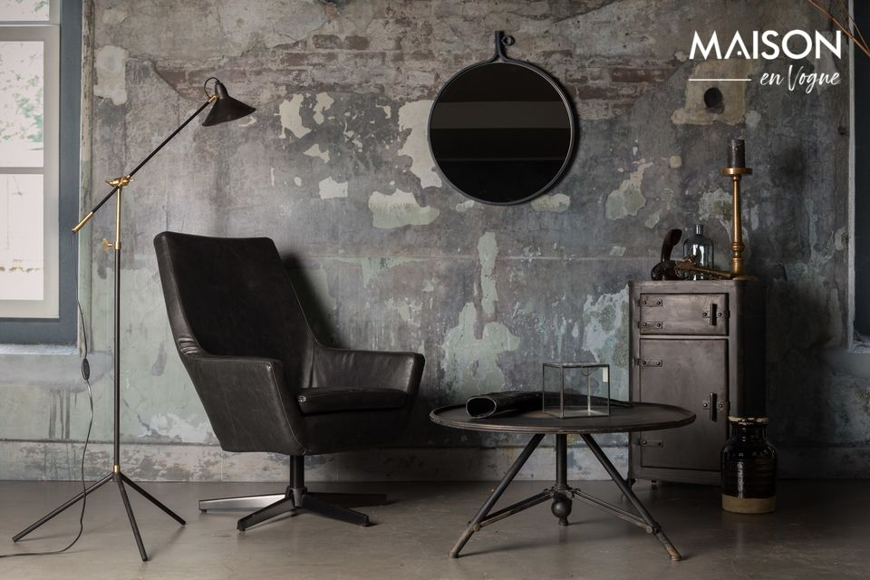 Die Tischplatte ist aus schwarz lackiertem Eisen hergestellt und weist Alterungseffekte auf