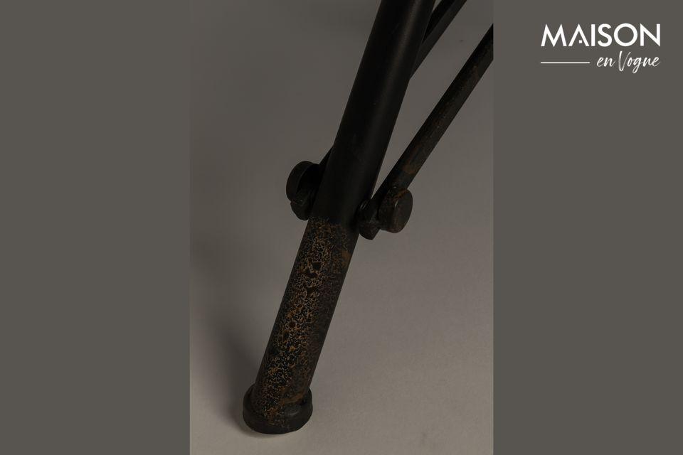 Aber die industrielle und originelle Seite ist auch durch das faltbare Gestell aus schwarzem Eisen