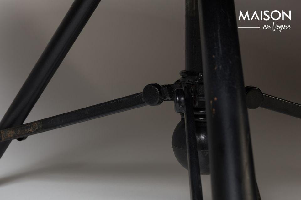 Dieser Tisch verblüfft in einem Wohnzimmer mit seinem antiken industriellen Touch