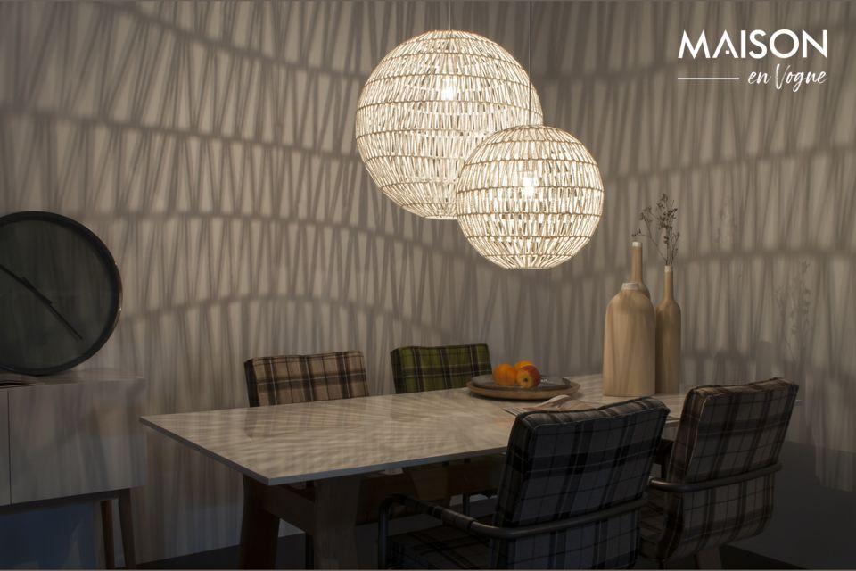 Diese Leuchte ist ein echtes dekoratives Accessoire, das sich in jedes Interieur einfügt