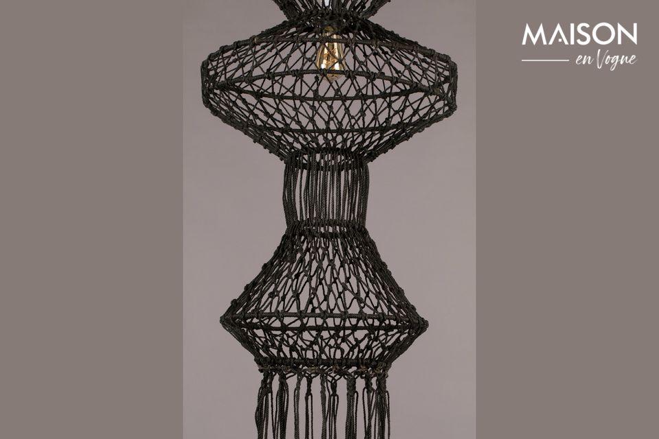 Diese schöne Lampe erinnert uns an Indonesien, aber auch an die blühende Makrameezeit