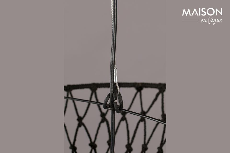 Der Baldachin und der Sockel sind aus schwarz lackiertem Eisen gefertigt