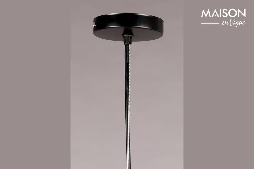 Der Lampenschirm endet mit Jutefransen, die ihm ein leichtes und luftiges Aussehen verleihen