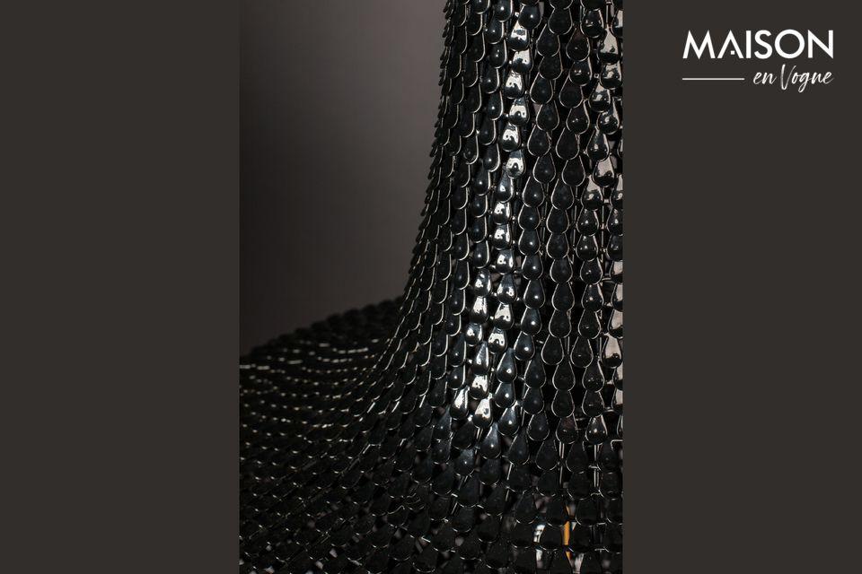 Es besteht aus Hunderten von dünnen Eisenstreifen, die wie Fischschuppen von Hand aufgelegt werden