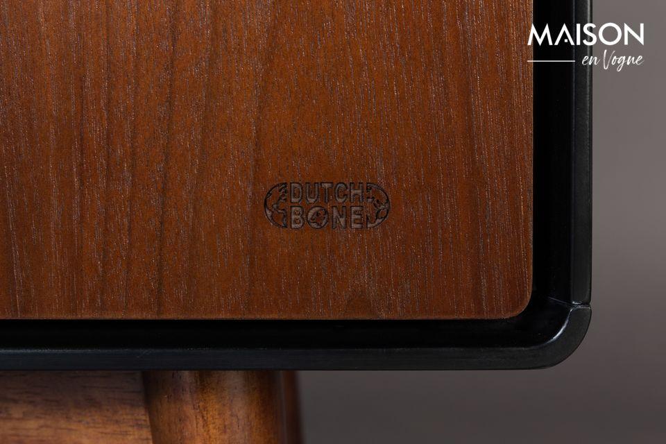 Dieses Sideboard besteht aus naturfarben nussbaumfurniertem MDF und hat 3 Türen mit eingelassenen