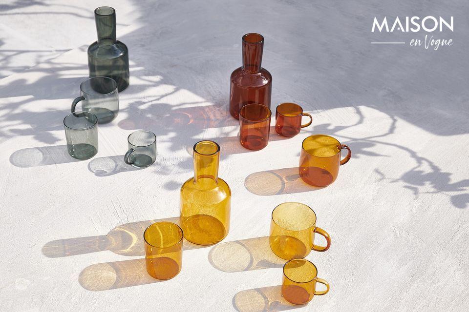 Der bernsteinfarbene Farbton der Karaffe und des Lasi-Glases unterstreicht ihre Raffinesse