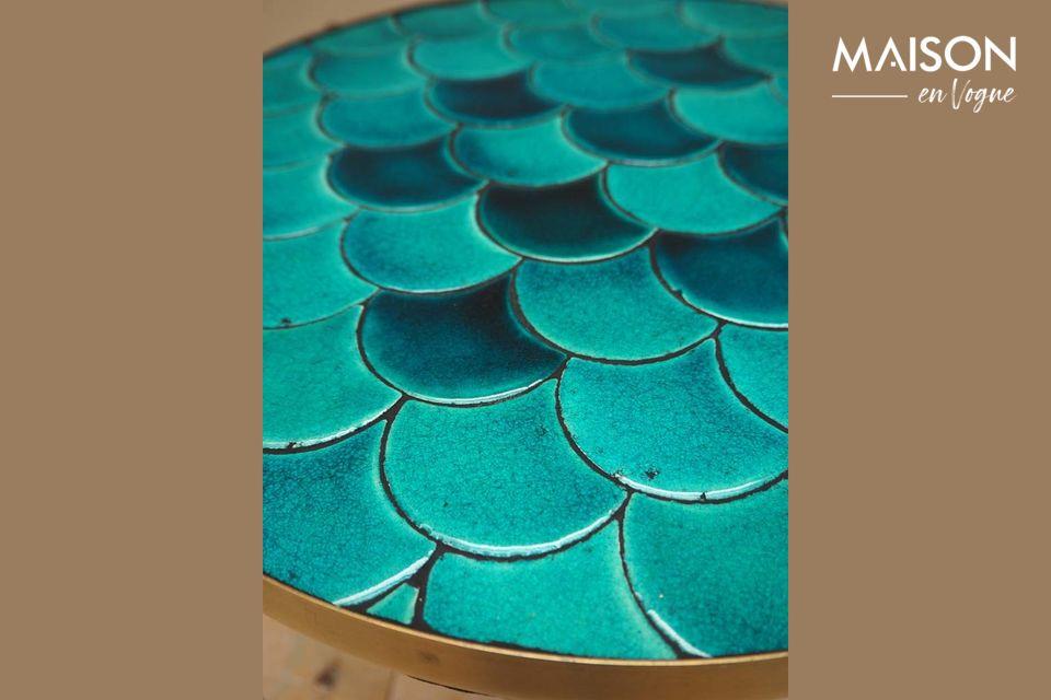 Ein kleiner atypischer Tisch mit dekorativem Stil