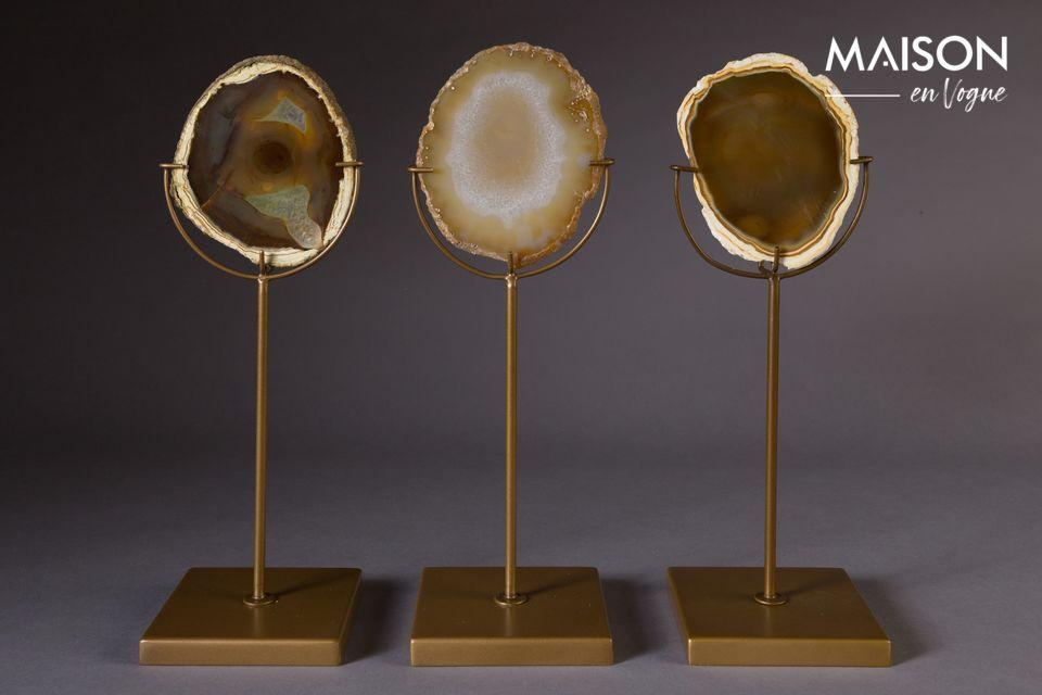 Der 30 cm hohe Kerzenständer Gem schmückt mit seinem Licht eine Scheibe aus Naturstein