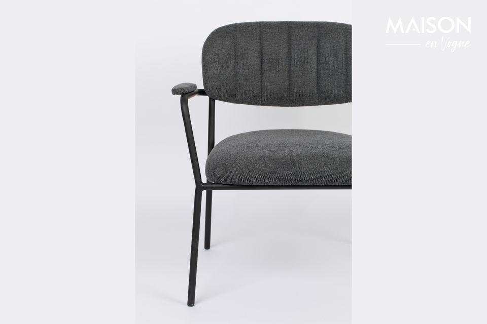 Ein Sessel mit einem schönen skandinavischen Aussehen