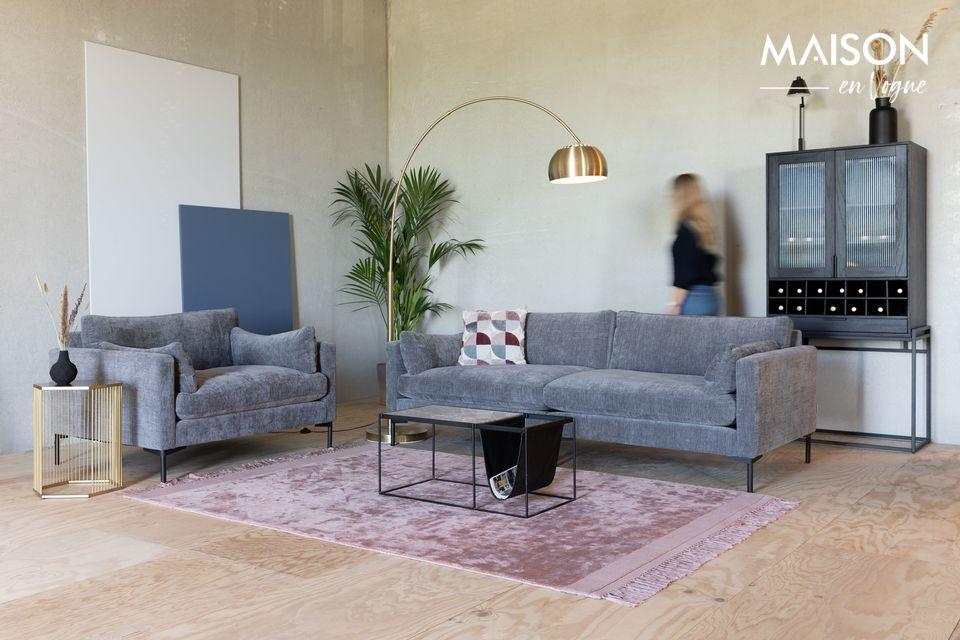 Ein kleines, stabiles und bequemes Sofa