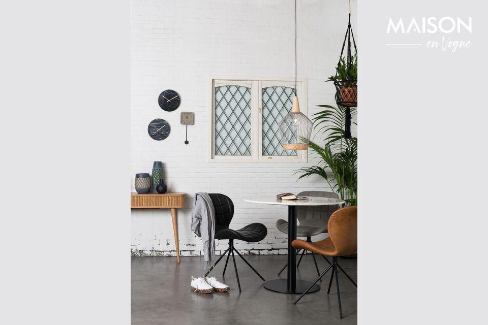 Es ist eine 90-Zentimeter-Tischplatte aus naturweißem und glänzendem Marmor
