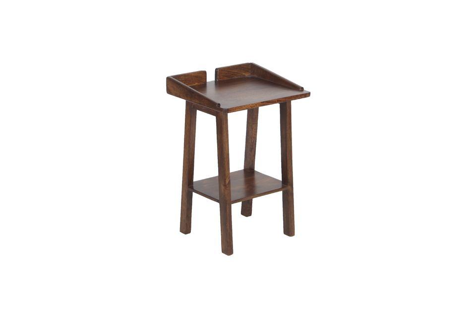 Mit seinem dunklen Mangoholz bringt dieses kleine essentielle Möbelstück eine warme Note