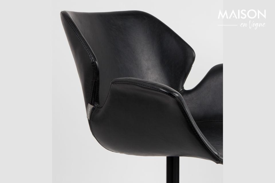 Er beherbergt einen schwarzen Ledersitz mit einem Vintage-Design