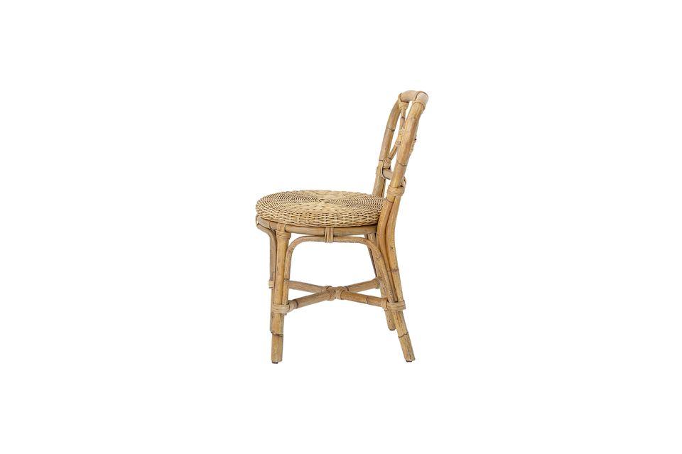 Von der Sitzfläche bis zu den Querstreben der Rückenlehne zeigt es kleine originelle Akzente