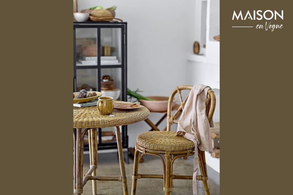 Ein Rattanstuhl mit einem köstlichen Retro-Charme