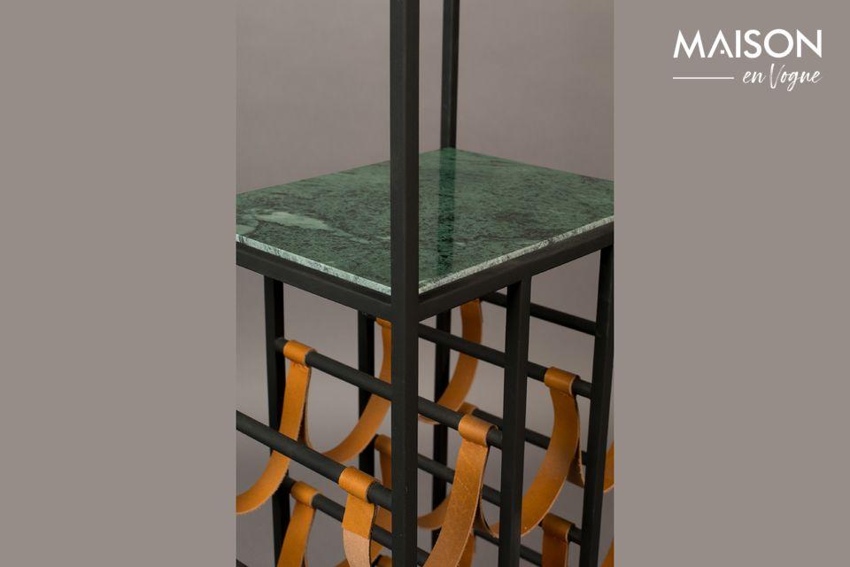 Es hat eine Höhe von 125,50 cm und besteht aus 2 Regalen mit dunkelgrüner Marmorplatte
