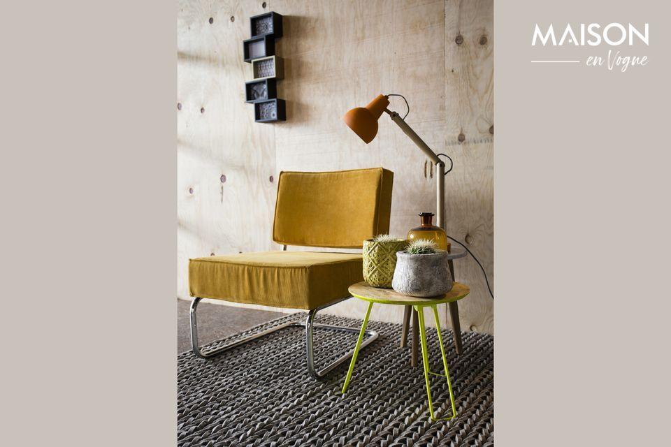 Ein bequemer Stuhl, der Vintage- und Industriestil kombiniert