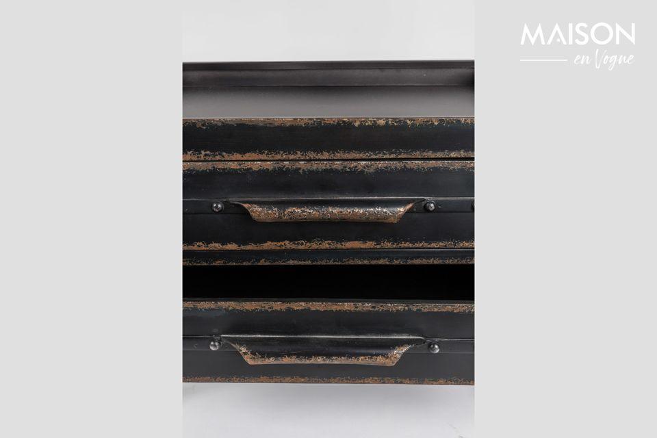 Er besteht aus Metall und ist mit gealterten Wachsoberflächen versehen