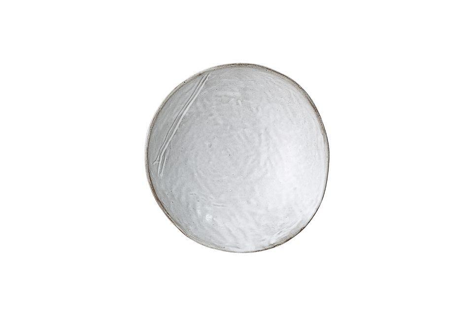 Diese graue Schale aus Steingut hebt sich durch ihren asymmetrischen Rand von der Masse ab und wird