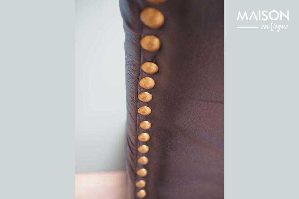 In schwarzem Leder und Mangoholz verleihen ihm die Noblesse seiner Materialien und die Qualität