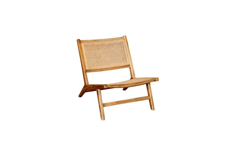 Ein Sessel ganz aus Korbgeflecht mit einem Begleitstil