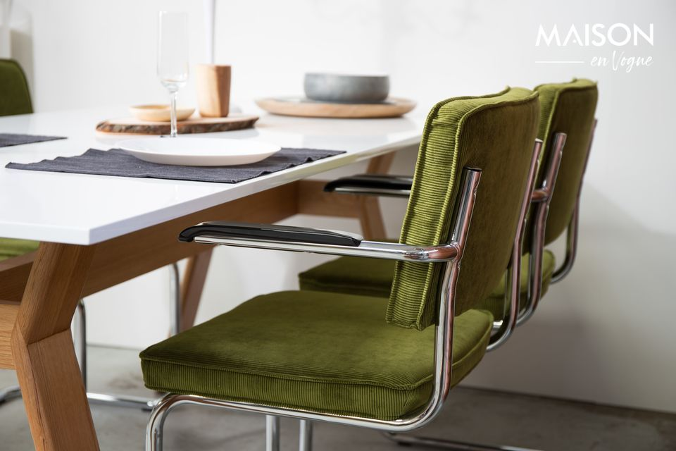 Ein Sessel im Look der sechziger Jahre in einer zeitgenössischen Version