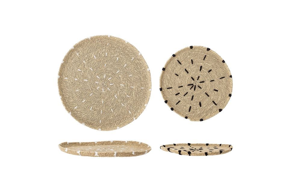 Eine ist in Weiß und die andere in Schwarz gestapelt, was die Strohfarbe der Platten hervorhebt