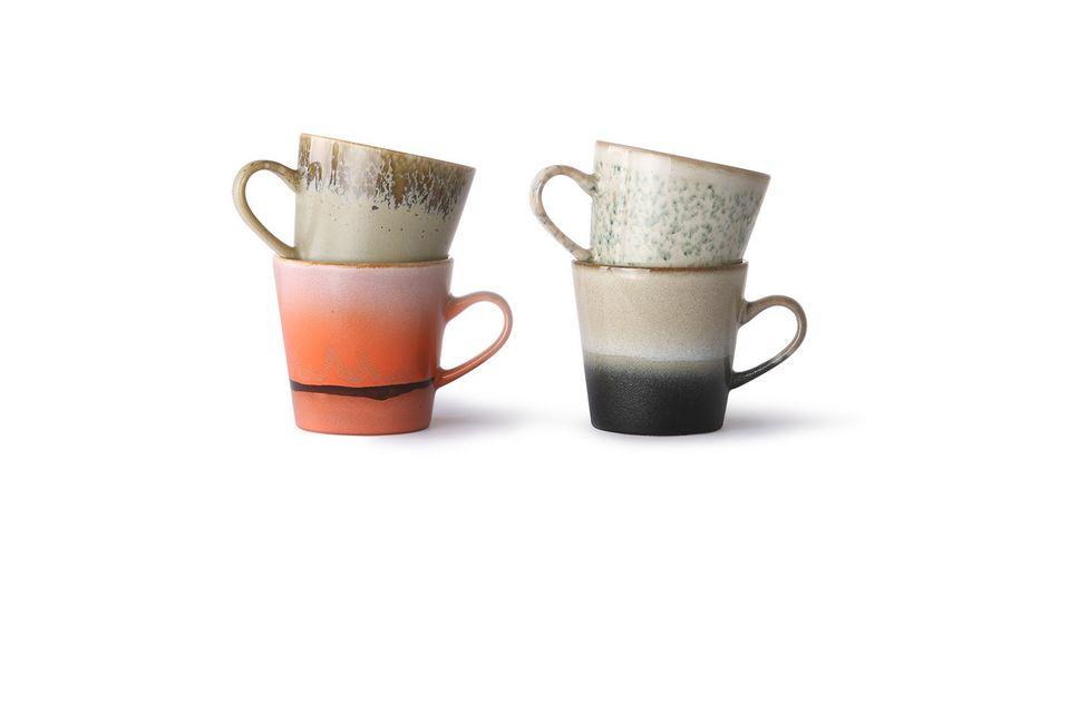 Dieses Set besteht aus 4 Keramikbechern und verführt mit seinen verschiedenen Farben und seiner