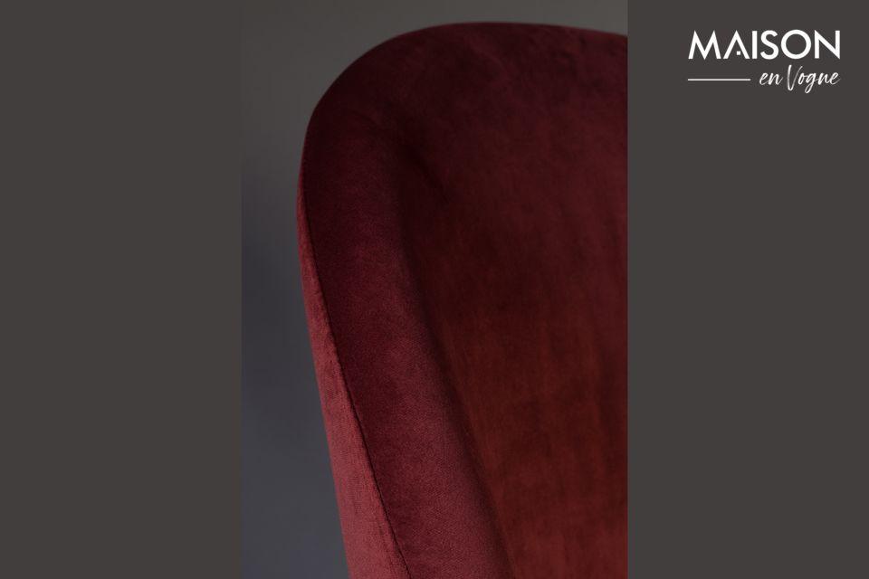 Der stabile Sockel ist aus nussbaumfarben lackiertem Buchenholz gefertigt