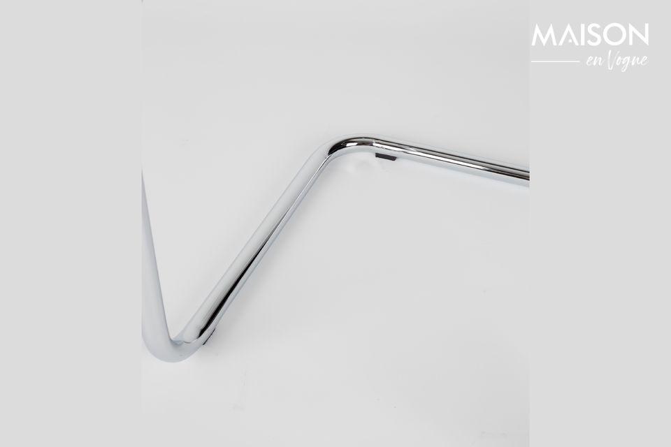 Seine verchromte Stahlstruktur kombiniert mit dem Kord von Sitz und Rückenlehne verbinden