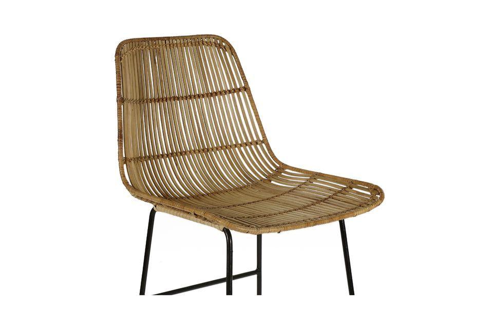 Ein Barstuhl aus Rattan und Metall mit kontrastierendem Design