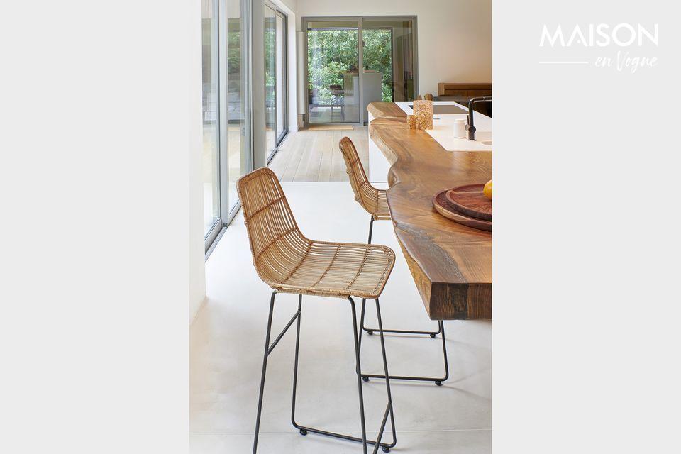 Pomax präsentiert ein Modell eines Barstuhls mit Rückenlehne und Sitz aus Rattan